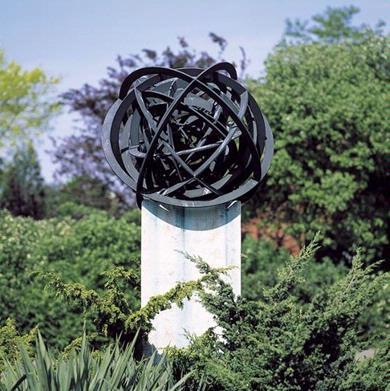 Het beeld 'Kringloop' van de Zutphense kunstenaar Joep te Riele bestaat uit een groot aantal bronzen ringen, die elkaar op verschillende plaatsen doorsnijden. Van binnen naar buiten worden de ringen steeds groter. Hoewel er wel degelijk sprake is van een zekere ordening, volgt het onrwerp tegelijkertijd allerminst een streng geometrisch patroon. Het laat zich wellicht nog het best omschrijven als een in toom gehouden chaos. De sculptuur doet sterk denken aan een atoomkern of aan een planetenstelsel in het heelal. In beide gevallen wordt daarmee de universele kringloop verbeeld, die aan alle materie ten grondslag ligt.