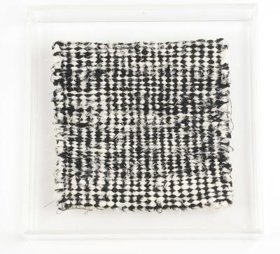 Textiel object. Borduursel. Linnen en katoen, vlieseline. 20x20 cm. In lijst van plexiglas. Gesigneeerd: J.J.W. 1980.