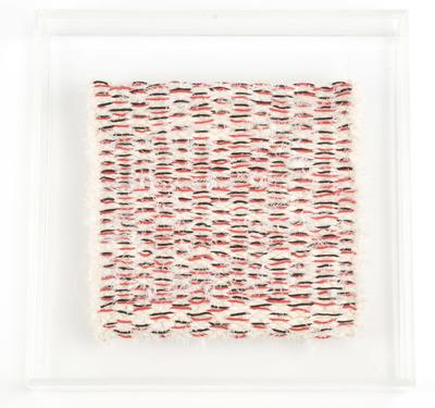 Textiel object. Borduursel. Linnen en katoen, vlieseline. 20x20 cm. In lijst van plexiglas. Ca. 1980.