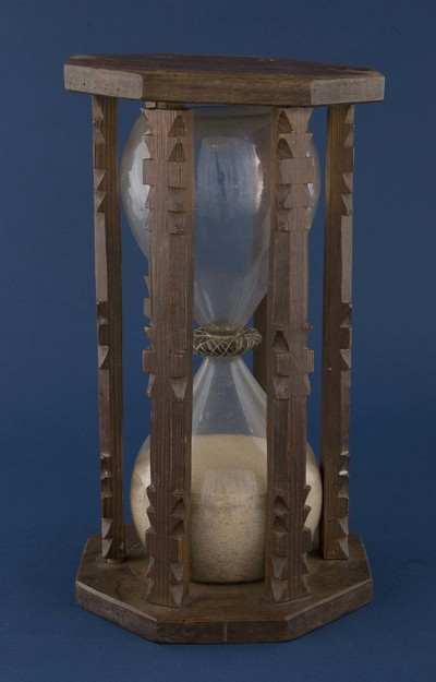 Zandloper, zogenaamd uurglas, bestaande uit twee boven elkaar geplaatste bollen gevuld met zand, in een houder van hout. Een uniek voorwerp afkomstig van het oorlogsschip de Argo waarop admiraal van Kinsbergen lange tijd het commando voerde. Vroeger gebruikte men een zandloper voor het meten van de tijd. Deze zandloper werd 'het glas' genoemd. Het glas werd elk half uur omgedraaid waarna een bel werd geluid, aangezien een wacht vier uren duurde werden er maximaal acht glazen geslagen. Nog altijd spreekt men aan boord van zeeschepen over het slaan van glazen, maar er de zandloper wordt niet meer gebruikt.