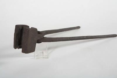 Netloodjestang van ijzer voor het vervaardigen van loodjes ter verzwaring van de visnetten