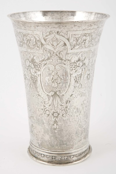 Gildebeker van zilver, op ronde voet, met rijke graveringen, afkomstig van het Schipluidengilde te Elburg