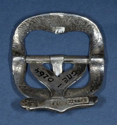 Gesp van zilver met merk A.V.D.H., ter bevestiging op een schoen