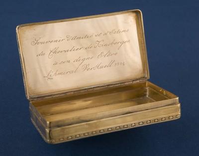 Snuifdoos geheel van goud met inscriptie: Uit vriendschap en hoogachting van ridder van Kinsbergen aan zijn waardige leerling Admiraal Verhuel 1805