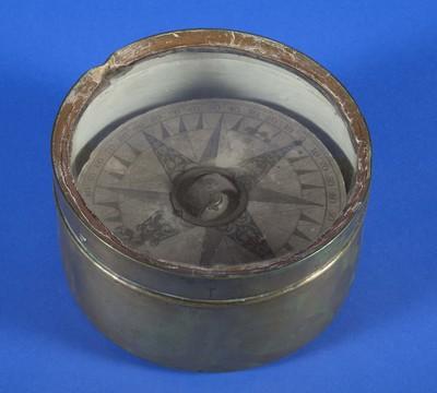 Kompas van koper en glas, gevat in een ronde houder, voor het meten van horizontale hoeken