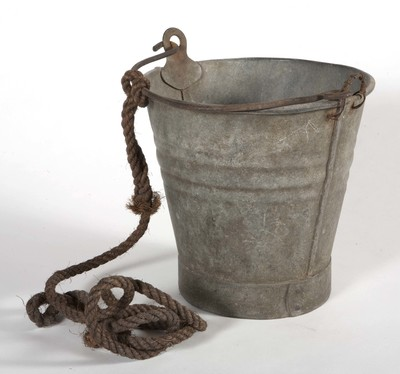 Putemmer van metaal, met hengsel, met daaraan een touw; gebruikt aan boord van een schip