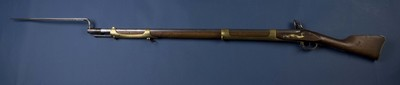 Vuursteenmusket met bajonet, van hout, ijzer en koper, vervaardigd tussen 1780 en 1800, het geweer vertoont een grote gelijkenis met de wapens van de Geweerfabriek Culemborg, of dit exemplaar van Nederlandse makelij is staat niet vast, het wapen werd vermoedelijk gebruikt voor de verdediging