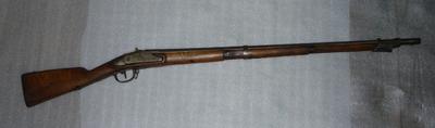 Geweer met bajonet, van hout, ijzer en koper, Nederlands model 1815 infanteriegeweer, enkelschots, de vaste keepmik en de vrij rechtopstaande schoorsteen geven aan dat het Nederlands is, geproduceerd tussen 1815 en 1825 als vuursteengeweer, later in 1841 omgebouwd tot percussie