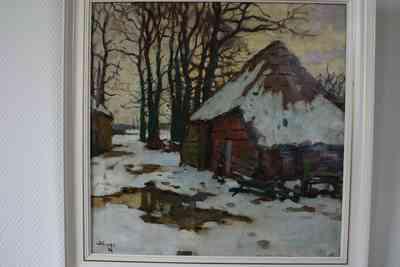 Olieverfschilderij met voorstelling van een boerderij in een winterlandschap met op de achtergrond een bomenrij, vervaardiger Ben Viegers