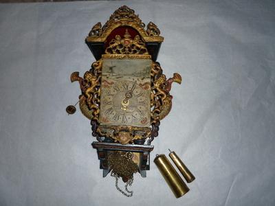 Wandklok of stoeltjesklok met gewicht (A t/m C), klein model, van hout en koper, geverfd, schildering winterlandschap