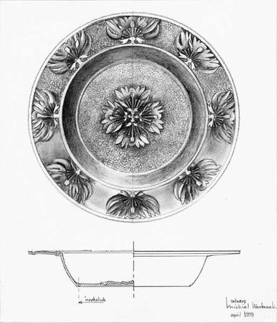 Ontwerptekening van een diep bord, dat op de rand is versierd met losse bloemen met duidelijke stamper en meeldraden, op het plat is een rozet van vier van dezelfde bloemen. Onderaan een dwarsdoorsnede van het bord.