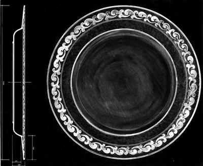 Ontwerptekening van een plat bord met versiering op de rand, onder op de tekening is een doorsnede van het bord met maatindeling aangegeven