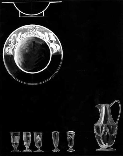 Ontwerptekening van een schaal zowel in aanzicht als in profiel; een hoge waterkan met oor en tuit met guirlandes op de buik, en 5 glazen op korte brede voet met diverse versieringen.