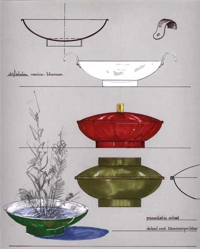 Ontwerptekening van een aantal ronde, wijd uitlopende schalen op voetring. Bovenaan een doorsnede van een drijfschaal met omgekrulde rand en een witte schaal met 2 oren, waarboven een tekening van het oor; links onder een groene drijfschaal met bloemen. Voorts 2 presentatieschalen, 1 rode met deksel met cilindervormige knop en 1 groene, eveneens met deksel met knop, in dezelfde vorm en grootte als de voetring.