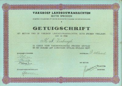 Getuigschrift met de volgende tekst: Vakgroep Landbouwambachten Sectie Sproeien, ingesteld volgens besluit van de organisatie commissie van het bedrijfsleven.