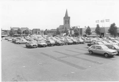 De markt in Ede aan de Molenstraat. De markt werd hier elke maandagochtend en zaterdag gehouden. De andere deagen van de week was de markt een parkeerterrein. Op de foto is links de Kakatoe, in het midden de Oude Kerk en rechts het hof van Gelderland.