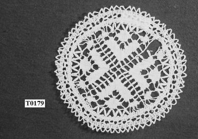 Wit rond, patroon in linnenslag, blaadjes en spijltjes