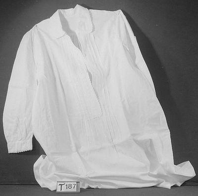 Wit linnenbinding, schuin naar beneden uitlopend (ingezette stukjes).