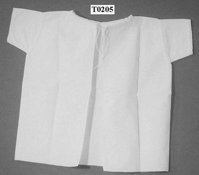 Het betreft 6 witte kinderhemdjes, recht model, van achteren open (gezoomd).