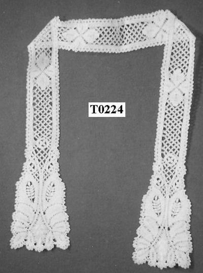Een sjaaltje, door vrouwen gedragen, ecrukleurig, langwerpig.