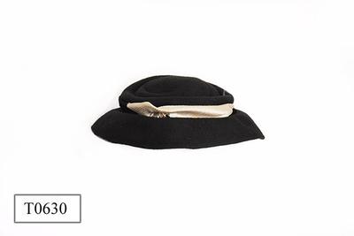 Zwart vilt hoed, vrij platte bol, bovenop met diverse vouwen versierd.