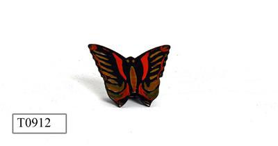 Metaal, voorzijde vlindervormig, zwart gelakt voor- en achterzijde.