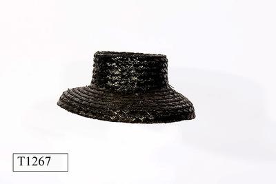 Zwarte dameshoed van stro met naar binnen lopende bol en rand.