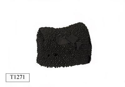 Zwart astrakan mutsje, aan zijkant gegarneerd met strik van ripslint.