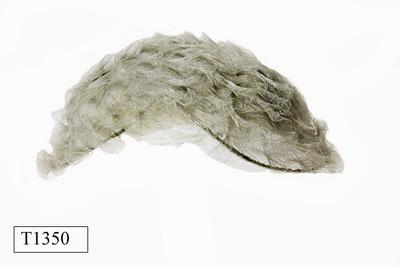 Lichtgrijze platte ovalen dameshoed. Samengesteld uit aan elkaar genaaide strookjes paardenhaar.