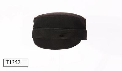 Rode raffia hoed, met stekeltjes, model pillbox.