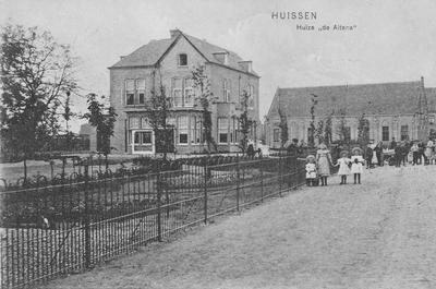 Steenstraat met villa van burgemeester Helmich en het Volksbondgebouw. Kinderen met hoedjes bij het een het hekwerk en veel mensen op de achtergrond
