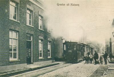 Rijdende stoomtram in de Langestraat ter hoogte van de Puttersgas en het woonhuis van Putters.