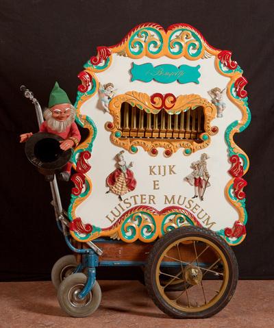 Zelfbouworgel uit bouwpakket. Hofbouwer Harmonipan. Gebouwd in 1986 door Tony Willems. Het orgel kan op een wagen worden geplaatst en er kan een front voor worden gezet.