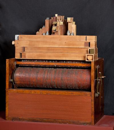 Orgelklok (Flötenuhr) waarvan alleen het orgelgedeelte nog aanwezig is, dit is een cilinder orgel met 105 pijpen, 4 registers welke automatisch worden bediend door de cilinder. Muziekrolhouder aanwezig. Uurwerk en kast zijn verloren gegaan, evenals gewicht en regulateur, aan de zijkant bevindt zich nog de inrichting om het speelwerk door het uurwerk in werking te stellen, maar de daarvoor benodigde cilinder ontbreekt.