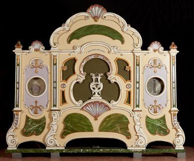Stoomcarrouselorgel met voorfront, heeft grote rol met de draaiorgelmuziek erop, heeft motor om het orgel te laten spelen, heeft nu 6 melodieen op de rol staan. Vervaardiger Gebr. Bruder, Waldkirch. Datering 1923. Het orgel is uitgerust met 1 rol en er is een extra rol bijgeleverd.