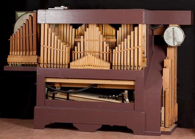 Draaiorgel, eigenbouw en samengesteld naar voorbeeld draaiorgel Karl Frei 'De negentiger', gebouwd en samengesteld in 1975 door de heer A. J. van Veen, Capelle a.d. IJssel. In Juli 2003 in onderdelen naar het museum gehaald. In eigen beheer opgebouwd door Jac van Hilst, Jo van de Veen, Nico Meiboom en Wim Modderkolk. Op 13 april 2004 is het orgel officieel in gebruik gesteld.