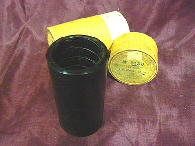 Muziekrol cilindervorm van bakeliet No. 5130, Fantaisie 'Le petit due'Lerocq, geheel verpakt in kartonnen koker. Datering 1950.