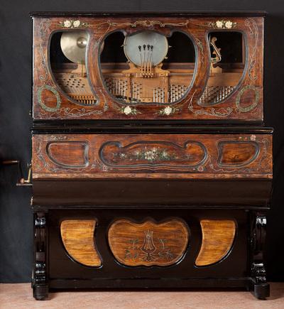 Cafe-piano, Cilinder piano met slagwerk. Datering 1890-1900.