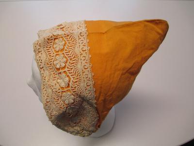 Kleur: licht oranje. Elastiek met beige kant van 8 cm.