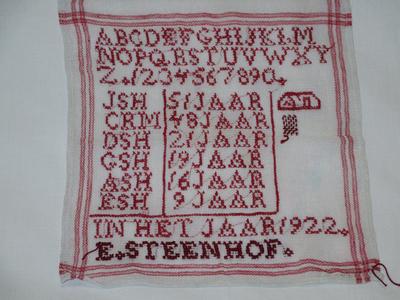 kleur; witte letterlap met rode rand, 1x het alfabet, 6 x 3 letters en jaren, ,, in het jaar 1922 , E Steenhof alles in rood geborduurd.