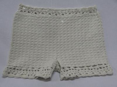 Kleur: wit. Gehaakte onderbroek, open haaksteek met bewerkte taille en pijpen.
