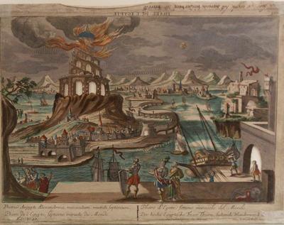 Gezicht op de haven van Alexandrie met links de grote vuurtoren. Uit de top komen tongen van vuur. Op de achtergrond bergen. Op de vorogrond enkele mannen. De vuurtoren en een deel van de overige bebouwing is uitgeknipt. Onderschirft in vier talen. Ingekleurd.
