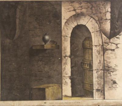 Gezicht op een kerkermuur waarin een poort met deur. Aan de muur een steun waarop een kruik.