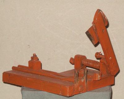 L-vormig snijinstrument voor sigaren. Met instelbare aanslag. Uitsparing voor de sigaar. Het mesje is verend opgehangen.