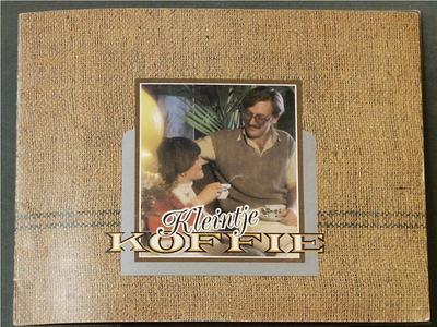 Voorzijde in de trant van een jute zak met centraal een kleurenafbeelding van een koffie drinkende man en vrouw.