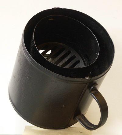Het kacheltje werd geplaatst op een vulkachel en gebruikt voor het bereiden van voedsel. Vervaardigd door het Culemborgse bedrijf Gispen.
