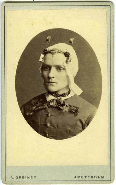 Vrouw in West-Friese streekdracht