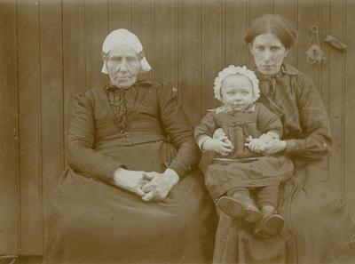 Twee vrouwen en meisje, 1914-1934