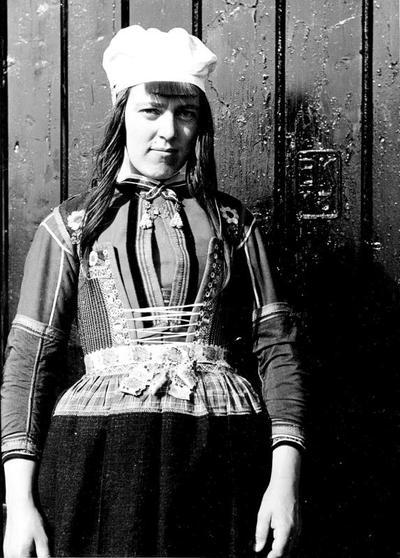 Neeltje Zondervan in Marker bruidskostuum, 1943