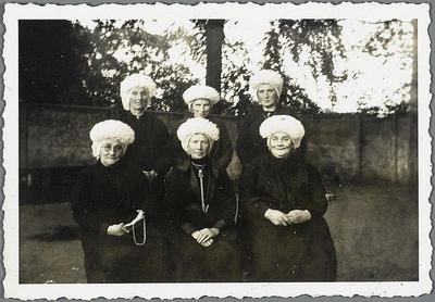 Vrouwen in dracht uit de Baronie van Breda, circa 1935